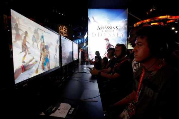 Asistentes juegan Ubisoft's Assassins Creed Odyssey durante la Electronic Entertainment Expo